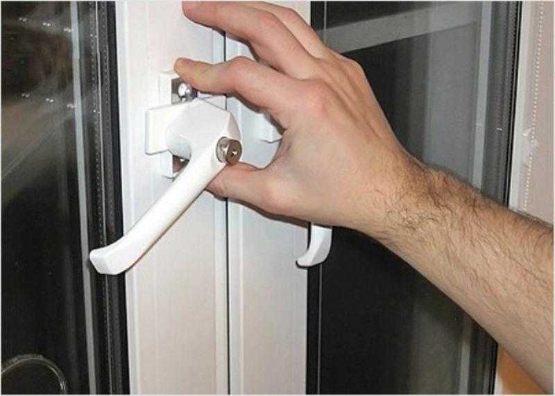 При открывании двери на балконе скрипит..